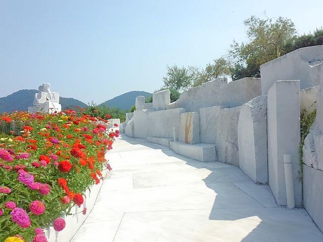 未来心の丘の白い大理石と鮮やかな花_耕三寺・耕三寺博物館