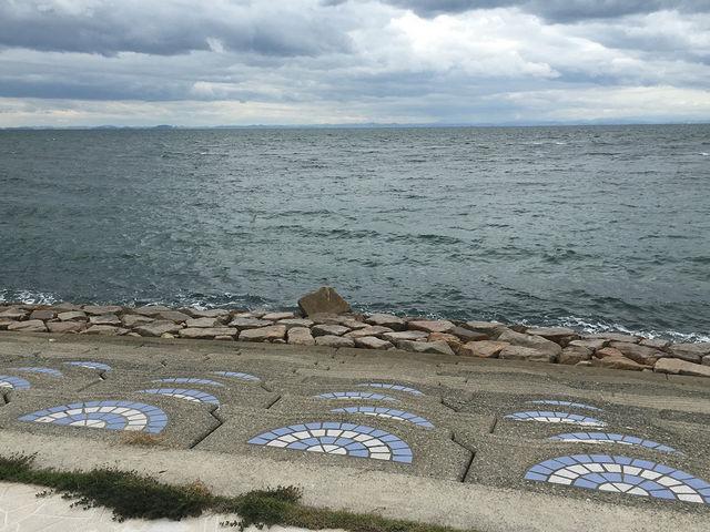 ぼんやり座って海を眺めるのも気持ちがいいです。_多賀の浜海水浴場