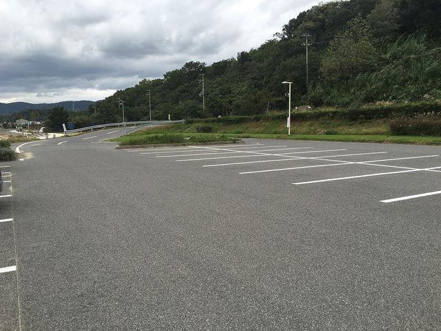 駐車場は無料でとても広かったです。_多賀の浜海水浴場