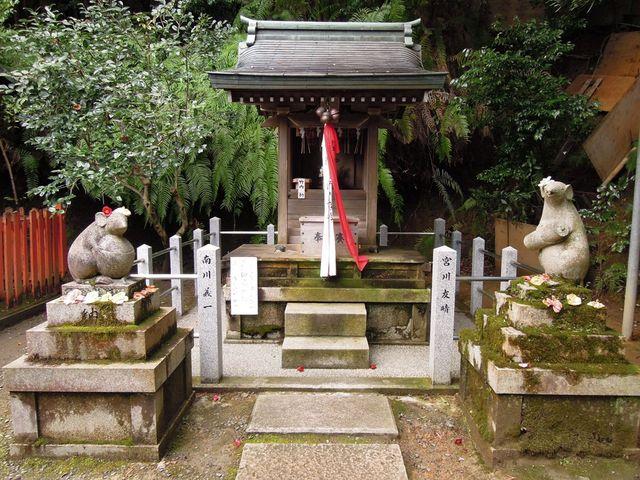 末社にはユニークな狛が_大豊神社