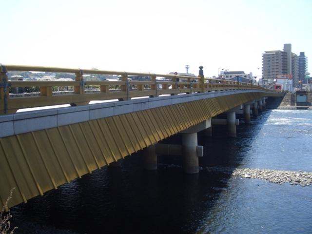 現在の橋は1996年に架け替え。_宇治橋