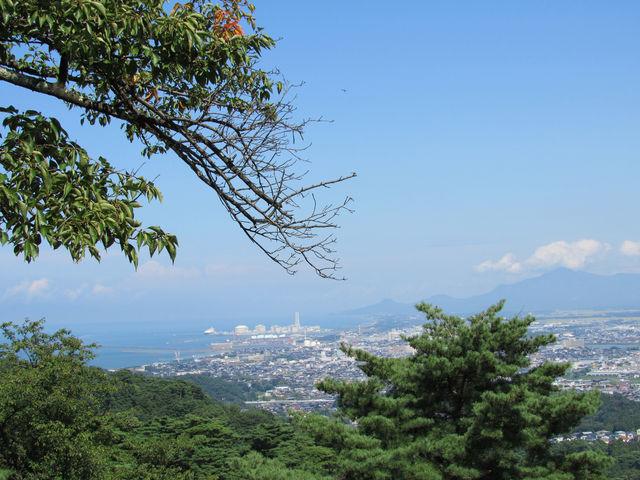 本郭跡から見た上越市の街並みや日本海の眺望_春日山城跡