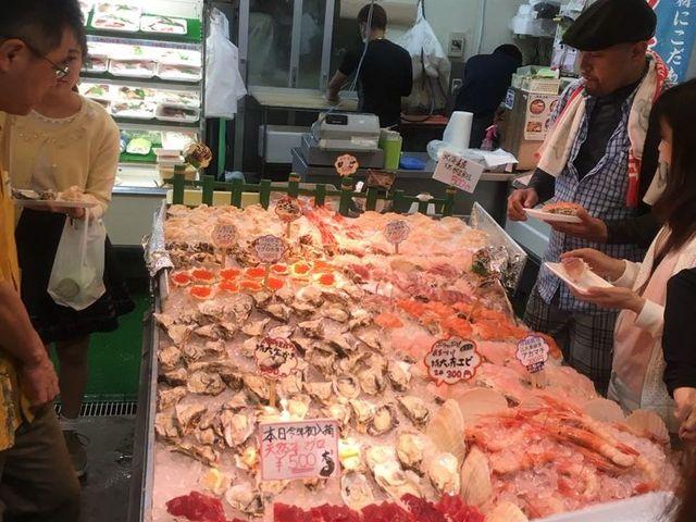 沖縄の珍しい魚やかまぼこ屋さんなどがあります_糸満市場いとま~る
