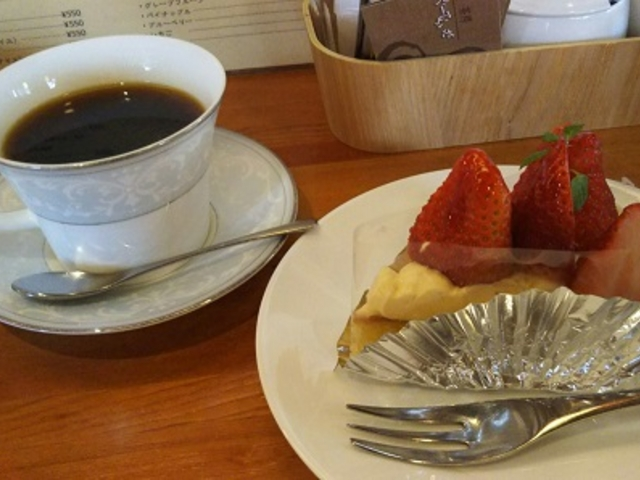 イチゴのタルトとコーヒー_茶房ぐーてらいぜ