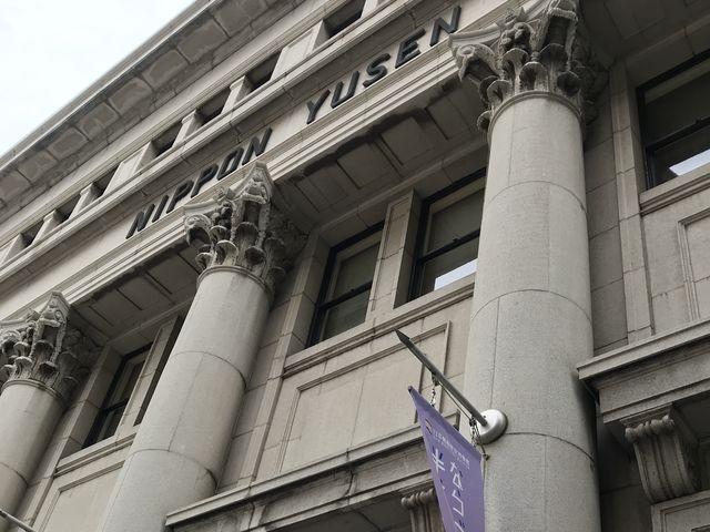 波をイメージした柱飾り_日本郵船歴史博物館