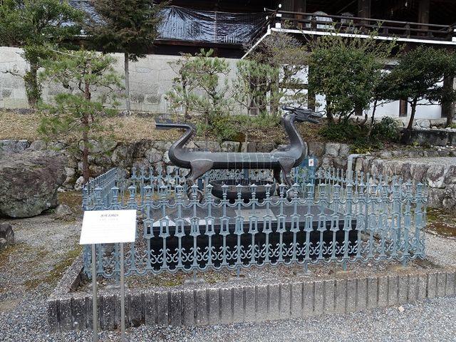 館外に展示されている、古代日時計です_近江神宮時計館宝物館
