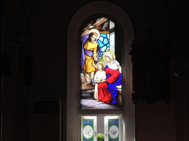 外から撮影したステンドグラスの一部_カトリック田平天主堂
