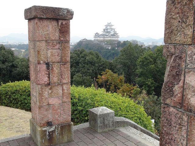 長い階段を上り切ったところから姫路城の絶景をのぞむ_男山配水池公園