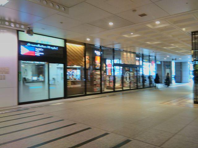 三越ライオン広場側からの外観。左の設備は福銀の外貨両替所。_福岡市観光案内所(天神)