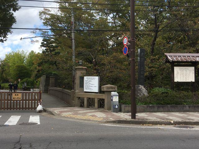 道路を挟んだ目の前に上田城二の丸橋があります。_上田市観光会館