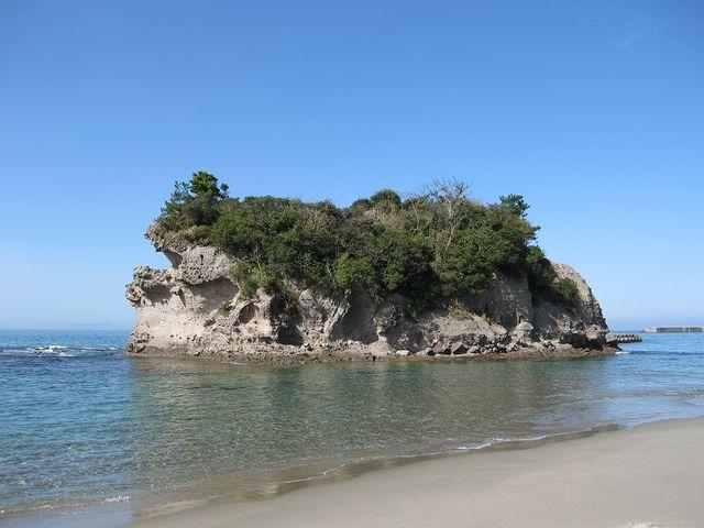 人形岩の後ろ側に在る島です。_西方海岸