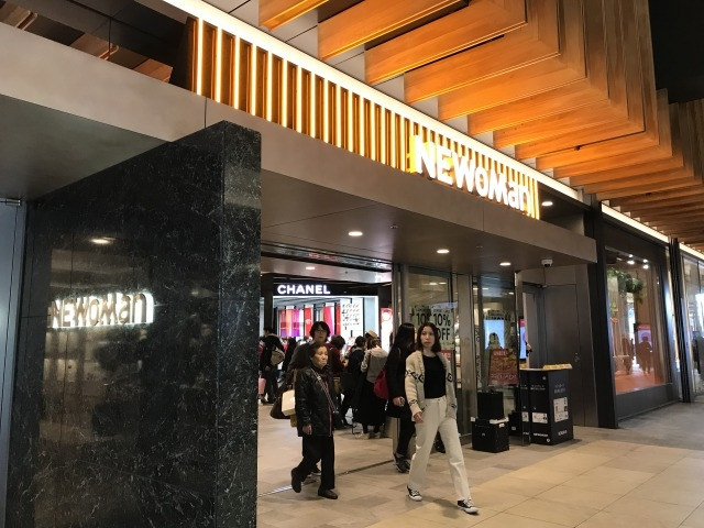 洋服のビル側入口_NEWoMan(ニュウマン)