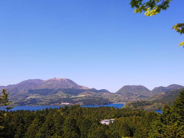 建物の奥に行くと展望スペースがあり、芦ノ湖が眺める事が出来ます。_道の駅 箱根峠