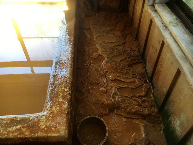 炭酸カルシウムの析出物、お湯の良さ、成分の濃さがわかります。_本沢温泉