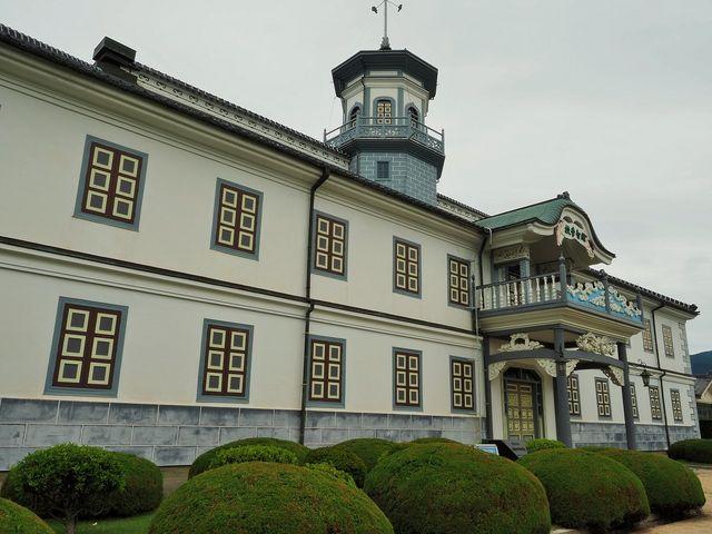 八角の太鼓楼と寺っぽいアーチの窓 _旧開智学校校舎