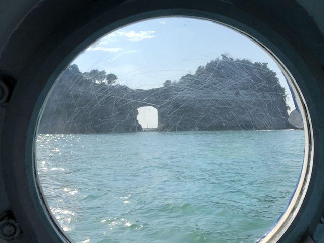 グラスボートの中窓からの和歌山名物岩です(^^)_グラスボート