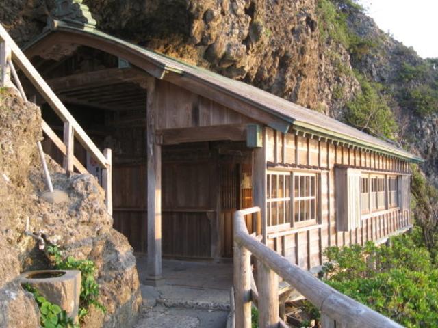 岩室神社(いろうじんじゃ)結構綺麗に岩の下に嵌ってます_石廊崎