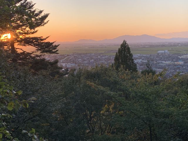 山頂展望台からの弥彦山 _加茂山公園の紅葉