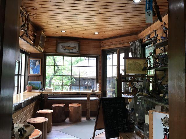 コーヒーを飲みながら窓から見る薬師堂。_日向見薬師堂