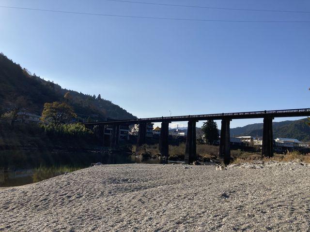 川のすぐ傍です。吉野川本流は遊泳禁止です。_帰全山公園キャンプ場