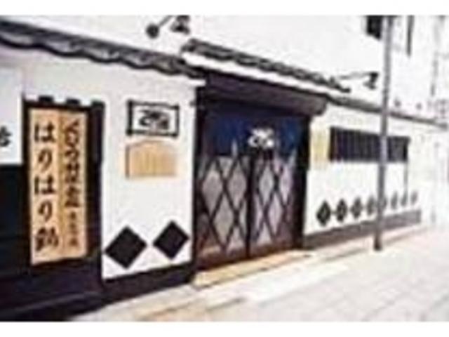 豊前田通りの一角にあるお店。白壁が目印_下関くじら館