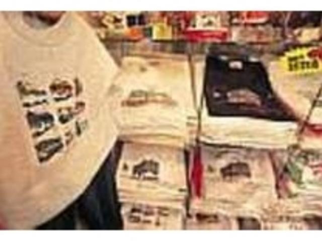 チン電のイラストTシャツはお土産にも最適_my house
