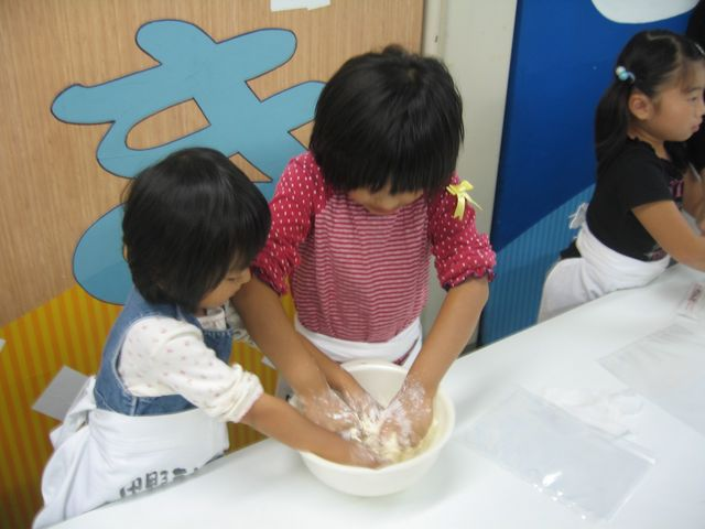 中力粉に塩水を混ぜて、うどんの生地の作り方も グループで学習します。_中野うどん学校(琴平校)