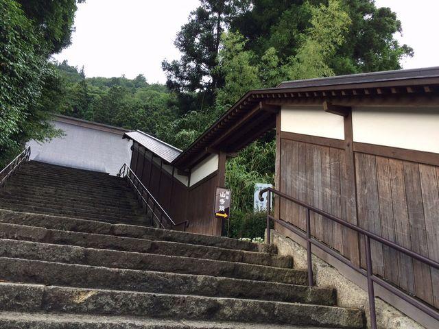 山寺の登山口と根本中堂とをつなぐ石段の途中に佇む陶房_山寺焼 ながせ陶房