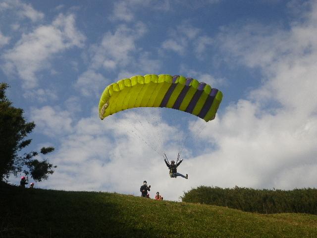 自らの足でパラグライダーと気持ちをあわせ同じ速度で走って風にのります_パラフィールド