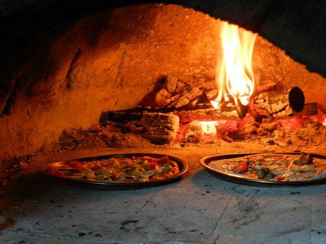 最大3枚まで一度に焼けます。溶岩でできた窯の中は約300~400℃赤外線効果で更に美味しく焼けます。_ファーマーズヒル(旧かたつむり)