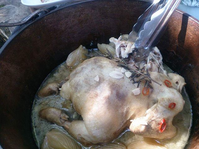 うれしいサービス!若鶏を丸まる1羽ダッチオーブンで蒸し焼きに!6名様毎に1羽付。_ファーマーズヒル(旧かたつむり)