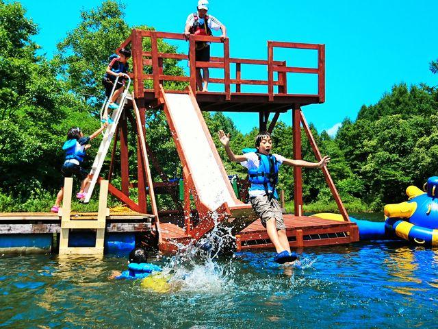水上に浮かぶ二階建てのテラスとビッグスライダーに胸はドキドキ♪_福島県・会津・裏磐梯・キャンプ&ステーキBBQ体験 裏磐梯ウォーターパーク