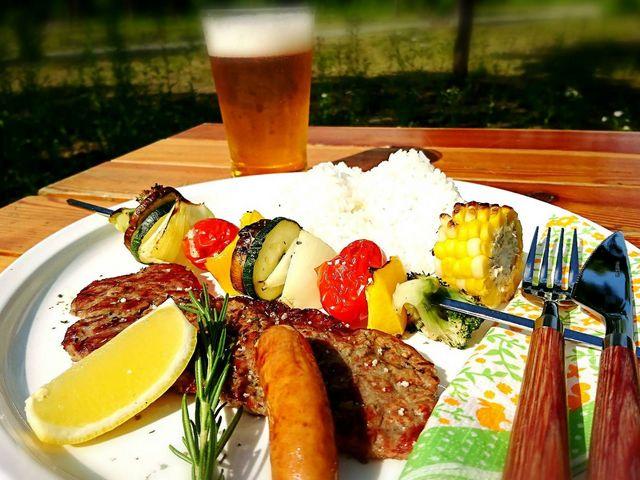 ステーキに冷たいビールは最高の組み合わせ♪_福島県・会津・裏磐梯・キャンプ&ステーキBBQ体験 裏磐梯ウォーターパーク