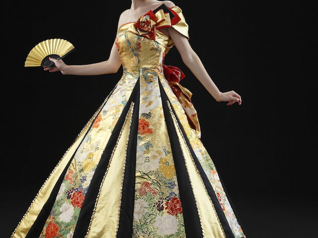 ゴージャスなゴールドのドレスは打掛素材で作られた華やかな一品。息を呑む美しさにうっとりして下さい。_アリアンサ
