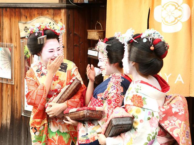 玄関を出るとすぐに撮影スポットになる京都らしいロケーションに位置しています♪_舞妓体験処 ぎをん彩