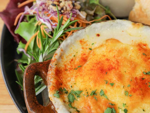 魚介類と旬野菜がたっぷり入ったグラタン。_ORANGER CAFE wood