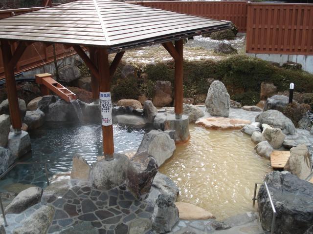 露天風呂は源泉そのまんま♪シュワシュワのお湯をお楽しみください。_巌立峡ひめしゃがの湯