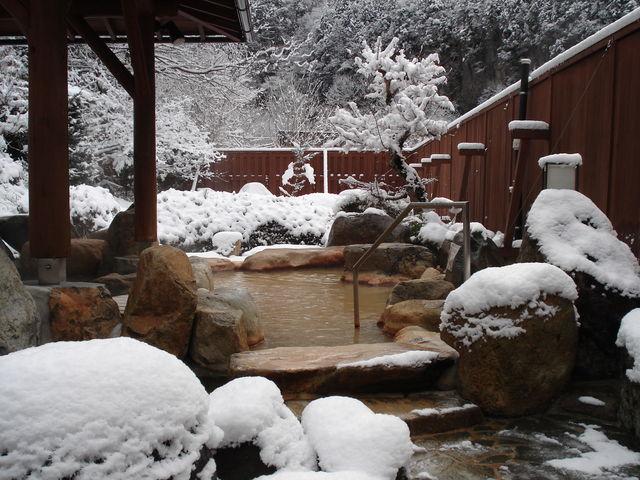 冬は風情ある雪見風呂_巌立峡ひめしゃがの湯