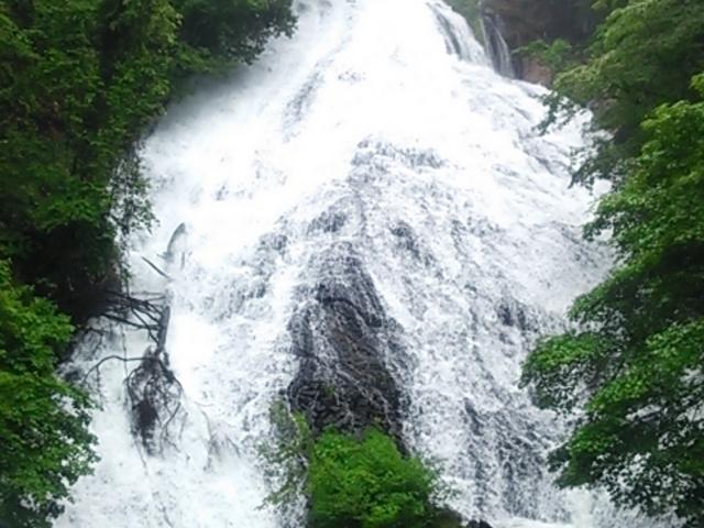 2014年6月の雨続きで、いつになく水量が多くかった。展望台がリニューアルされていた。_湯滝