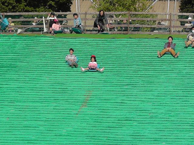 芝滑りが楽しい。_ハーベストの丘