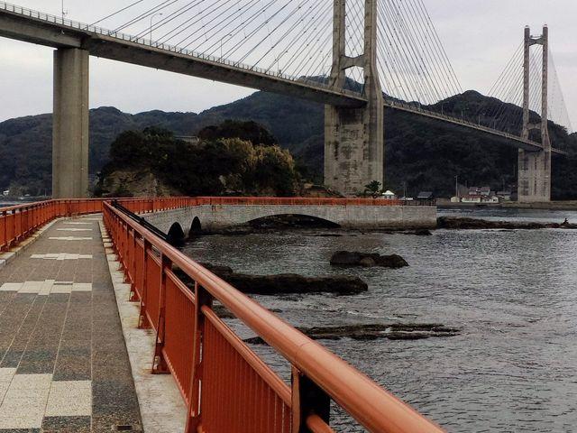 橋の下には弁天様を祀ってある島まで遊歩道があります。時間があれば下りて歩くのがオススメです。Pあり。_呼子大橋