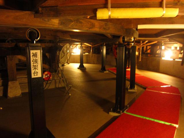 舞台を人力で回す地下の設備_嘉穂劇場