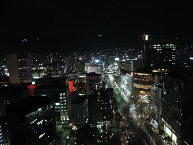 山側の夜景  山にはKOUBEと文字が_神戸市役所24階展望ロビー