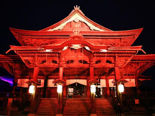赤くライトアップされています。_善光寺