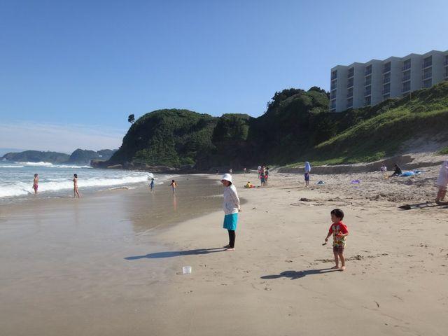 小潮の干潮時。右上は下田プリンスホテル。プライベートビーチのような印象。_白浜中央海水浴場