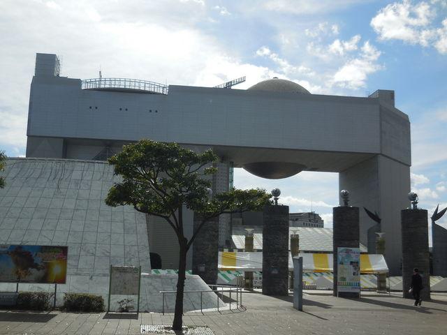 奇抜な外観_日立シビックセンター