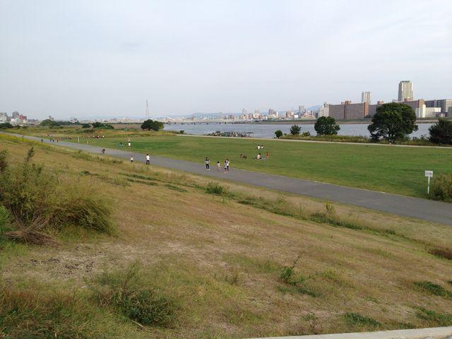 ランニングの人達が多い_淀川河川公園