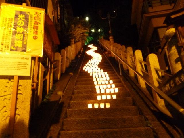 夏祭りの名物 願い事を書いたろうそくに明かりをともして、石段に並べた後、読経してくれます_渋温泉