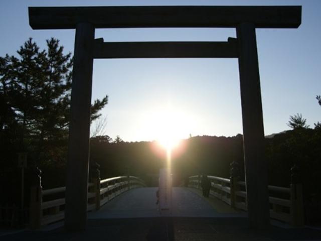 宇治橋の鳥居からの日の出_伊勢神宮内宮(皇大神宮)
