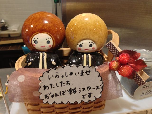 カウンターに飾られていた「ぢゃんぼ餅シスターズ」の人形。お店のスタッフの手作りとのこと。_両棒餅屋